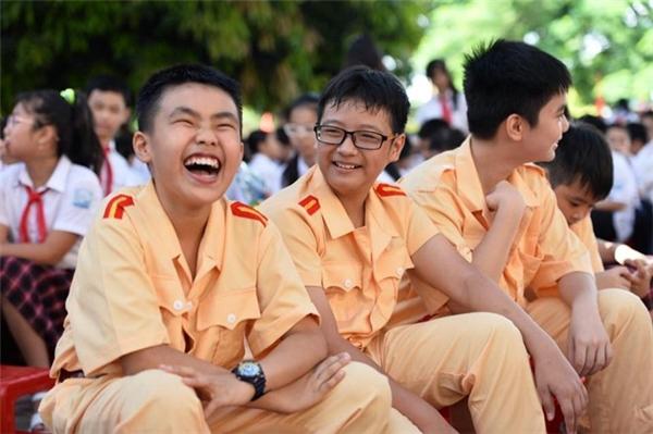 Những cậu học sinh trong trang phục của cảnh sát giao thông. Nụ cười giòn tan của các em như báo hiệu một năm học mới nhiều thành công.