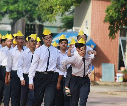 Hình ảnh trong ngày lễ khai giảng gây ấn tượng mạnh nhất đối với nhiều người đó là emLê Quốc Việtlớp 10A10 được bạn cõng đến dự lễ khai giảng tại trường THPT Lương Thế Vinh.