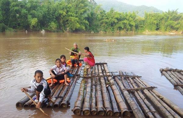 Ở các vùng quê nông thôn xa xôi, hẻo lánh, các em học sinh cũng vượt sông suối, lội bộ hàng chục km để đến trường dự lễ khai giảng năm học mới.