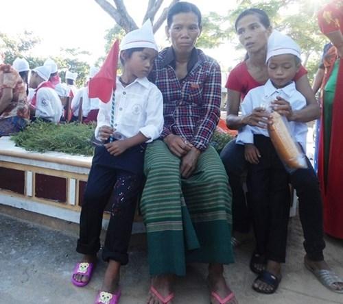 Nhiều em được cha mẹ đưa đến trường trong ngày khai giảng để tránh những bỡ ngỡ, rụt rè. Tuy nhiên, cũng có em phải tự đi dự lễ một mình vì cha mẹ bận đi làm rẫy.