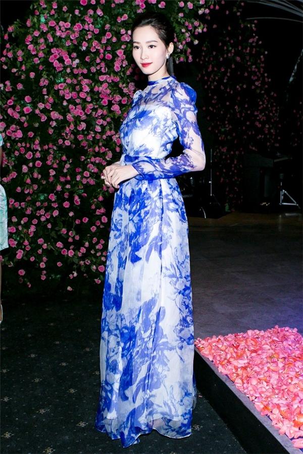 Hoa hậu Việt Nam 2012 - Đặng Thu Thảo-vẫn trung thành với phong cách thanh lịch, đơn giản vốn đã làm nên thương hiệu bấy lâu. Cô diện bộ váy dài với hai tông màu xanh trắng trẻ trung, hiện đại. Tuy nhiên về tổng thể của thiết kế lại mang âm hưởng rõ nét của thời trang cổ điển.