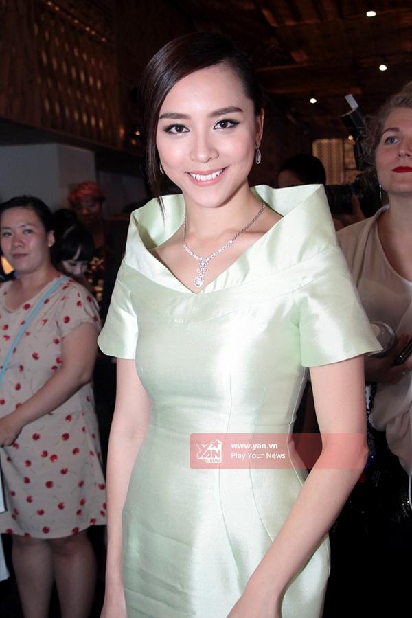Á hậu Dương Trương Thiên Lý nền nã, quý phái trong thiết kế có tông màu vàng nhạt. Thời gian gần đây cô đã bắt đầu quay lại nhiều sự kiện lớn trong làng giải trí.