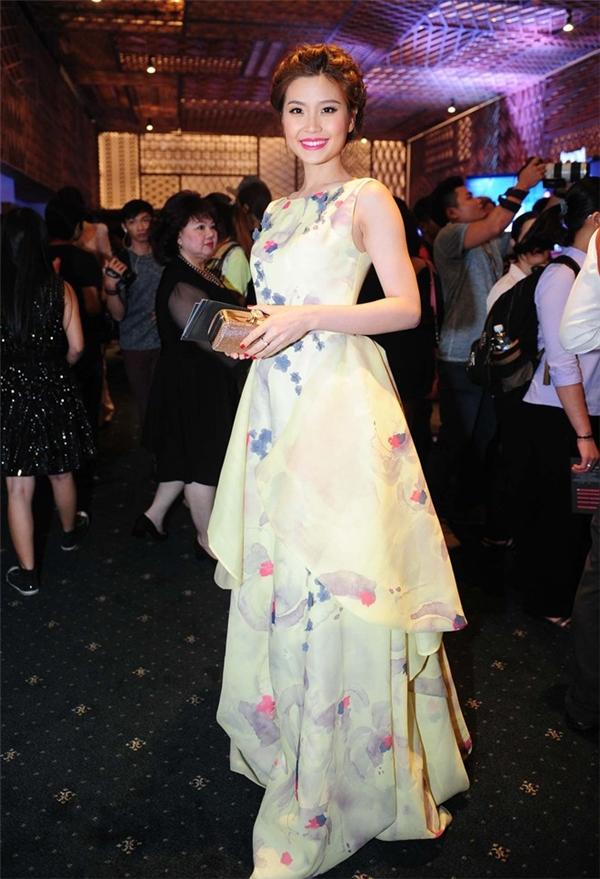 Á hậu Diễm Trang ngọt ngào, điệu đà khi diện bộ váy lấy tông vàng làm chủ đạo. Thiết kế tạo điểm nhấn bởi những đường cắt hiện tại, tinh tế cũng như cách dựng phom mới lạ. Đây là mẫu thiết kế mà Phương My đo ni đóng giày cho á hậu Việt Nam 2014.