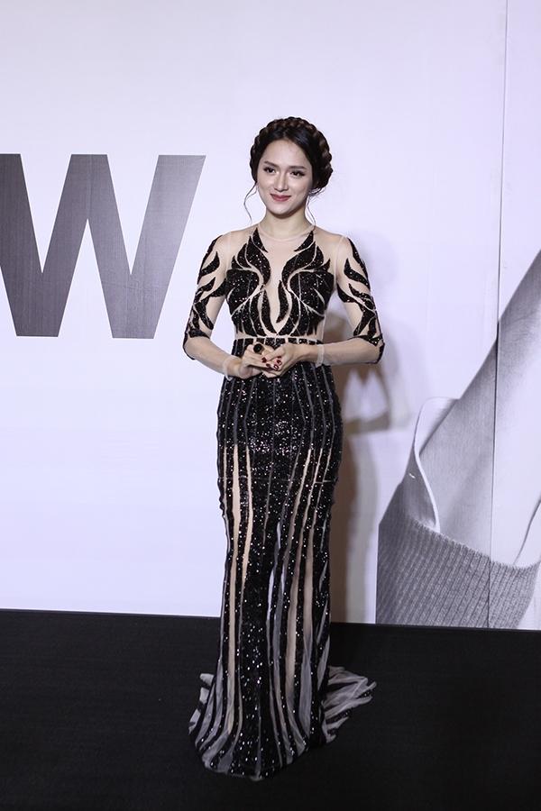 Hương Giang Idol cũng là một trong những mĩ nhân diệntrang phục đẹp nhất đêm diễn. Những khoảng hở tinh tế cùng chi tiết đính kết kì công là hai điểm nhấn thú vị của chiếc váy đuôi cá này.