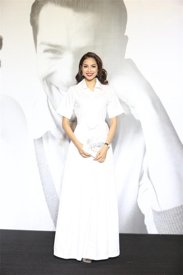 Không cần quá cầu kì, Hoa hậu Hoàn vũ Việt Nam 2015 Phạm Hương vẫn nổi bật và thu hút khi diện bộ váy trắng đơn giản, nhẹ nhàng. Thiết kế là sự kết hợp hài hòa giữa tinh thần cổ điển, thanh lịch cùng nét đẹp hiện đại, trẻ trung.