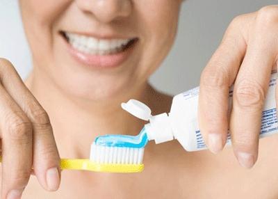 Thực tế, việc nhúng ướt kem đánh răng trước khi đánh rất sai lầm. Chỉ nên đánh răng khô. Ảnh minh họa