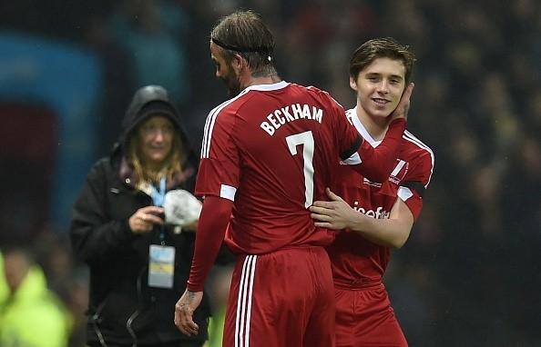 Brooklyn Beckham không có tên trong danh sách thi đấu của độiVương quốc Anh và Ireland. Tuy nhiên, Sir Alex Ferguson vẫn quyết định để chàng trai16 tuổi vào thay người cha nổi tiếng David Beckham ở đầu hiệp 2.