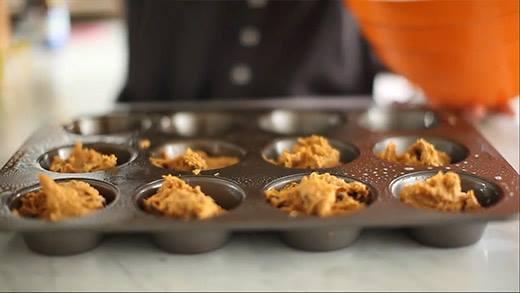 Cách làm bánh muffin bí ngô hạt sô-cô-la dễ như trở bàn tay