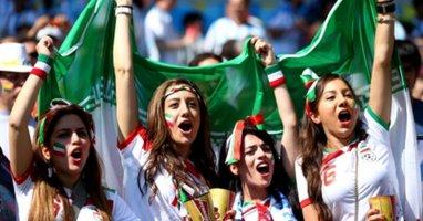 """[Bóng Đá] Nữ CĐV Iran ăn mặc """"táo bạo"""" cổ vũ đội nhà"""
