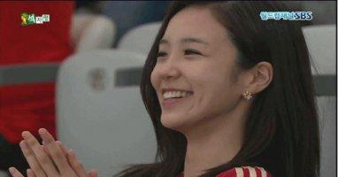 """[Bóng Đá] Nữ phóng viên Hàn dễ thương """"đốn tin"""" dân mạng"""
