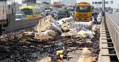 Container lật nghiêng, hàng nghìn vỏ chai bia đổ tràn đường trên cao