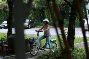 Bất ngờ bắt gặp Diva Mỹ Linh đi dép tông, đạp xe đạp điện