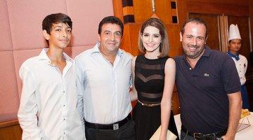 Andrea tươi tắn dự sự kiện cùng bố mẹ và em trai