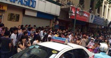 """Hà Nội: Đám đông xếp hàng mua đồ hiệu với """"giá bèo"""" gây tắc đường"""