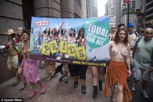 Hàng trăm người đồng loạt để ngực trần xuống phố diễu hành