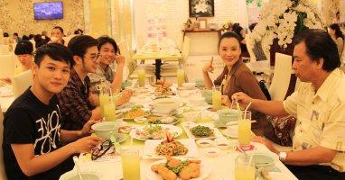 Hồ Quỳnh Hương đi ăn chay cùng học trò