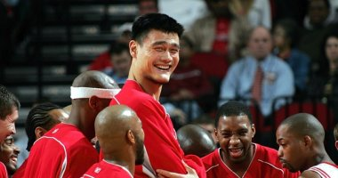 """Đội tuyển bóng rổ nhí Việt Nam """"đọ chiều cao"""" với huyền thoại Yao Ming"""