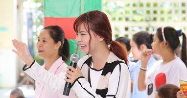 Quán quân Tia Hải Châu tập hát cho trẻ em khuyết tật
