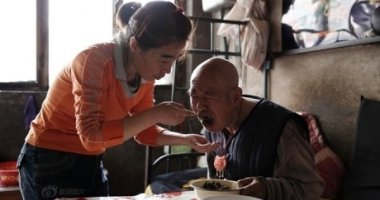 Rơi nước mắt với cô gái 12 năm chăm sóc người cha bị nhũn não