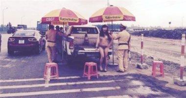 Cô gái lột váy trước mặt cảnh sát để khoe cơ thể