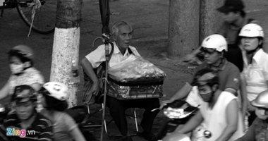 Ông lão mù 20 năm ngồi vỉa hè Sài Gòn bán bánh nuôi vợ ốm