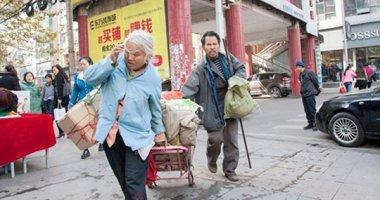 Nghẹn ngào bố mẹ già ăn xin đổi 2 bao tiền xu cho con ăn học