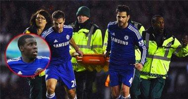 Trung vệ Chelsea nằm bất động sau pha va chạm với Petr Cech