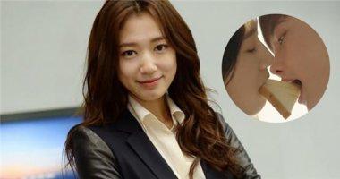 """Park Shin Hye """"đắm chìm"""" trong cảnh hôn với Lee Jong Suk"""