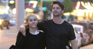 Miley Cyrus và Patrick SchwarZenegger dính nhau như sam