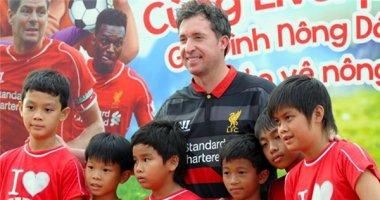 Huyền thoại Liverpool hướng dẫn trẻ em Việt Nam chơi bóng