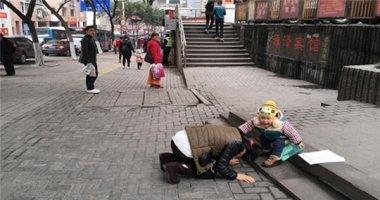 Bất lực không thể chữa bệnh cho con, mẹ quỳ xuống xin lỗi