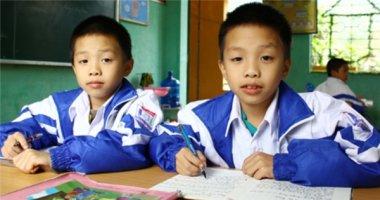 Thiếu vắng cha mẹ, anh em sinh đôi vươn lên học giỏi