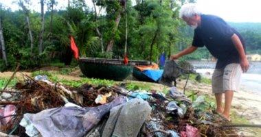 Ông lão nhặt rác không công ở bãi biển Đà Nẵng