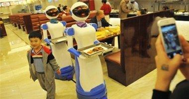 Thích thú với robot thông minh bưng món ăn đến tận bàn