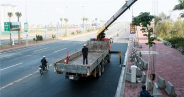 Dỡ dải phân cách cầu Nhật Tân sau hàng loạt vụ lật xe