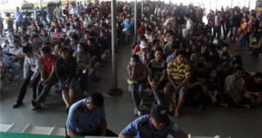 Tết cận kề, hàng trăm người xếp hàng chờ mua vé về quê