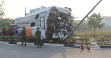 """Xe khách """"đối đầu"""" xe tải, nhiều người bị thương nặng"""