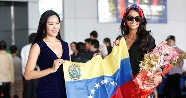 Hoa hậu Thế giới 2011 thân thiết bên Nguyễn Thị Loan