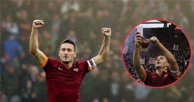 """Totti vô tư """"tự sướng"""" sau khi ghi bàn cho AS Roma"""