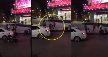 Bị ngăn cấm, chàng trai quỳ gối van xin mẹ bạn gái giữa đường
