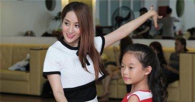 Khánh Thi nhí nhảnh tập luyện cùng con nuôi