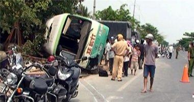 Hàng chục người kêu cứu trong xe buýt lật nhào