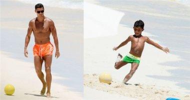 Con trai Cristiano Ronaldo trổ tài sút phạt trên bãi biển