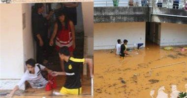 Mưa lớn ngập phòng trọ, sinh viên lội nước vớt sách vở