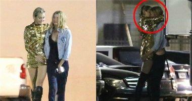 Miley Cyrus công khai hôn đắm đuối bạn gái nơi công cộng