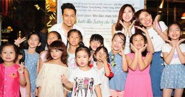Á hậu Tú Anh, diễn viên Việt Anh nhí nhảnh bên các em nhỏ