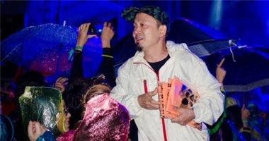 Quốc Trung tận tay phát áo mưa cho khán giả Monsoon