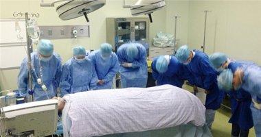 Cảm động cảnh bác sĩ đồng loạt cúi chào thanh niên hiến-nội-tạng-cứu-6-người