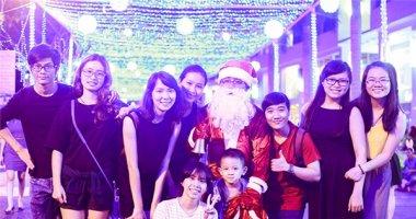"""Giới trẻ đua nhau """"check in"""" tại đường Giáng sinh """"hot"""" nhất Sài Gòn"""