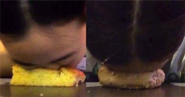 Cô gái... lau mặt bằng bánh mì thu hút hàng ngàn người theo dõi